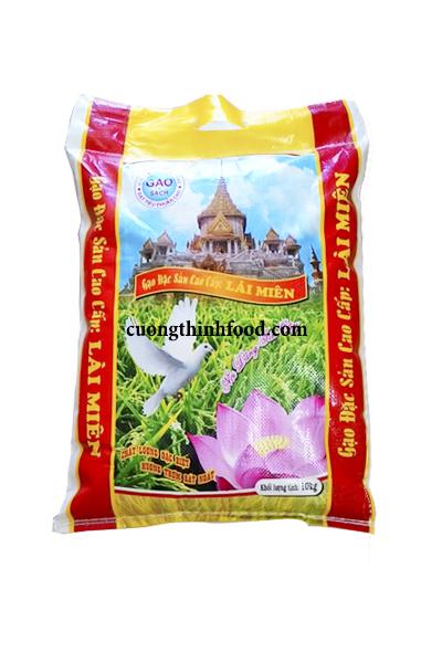 Gạo Đặc Sản được tuyển chọn từ các giống lúa cao cấp trồng 6 tháng. được đem xay xát và đánh bóng cẩn thận nên hạt gạo đẹp có độ đồng nhất về màu sắc và hình dáng